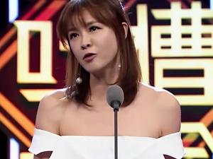 李艾卸妆照像黄渤 上吐槽大会魔性笑声和风