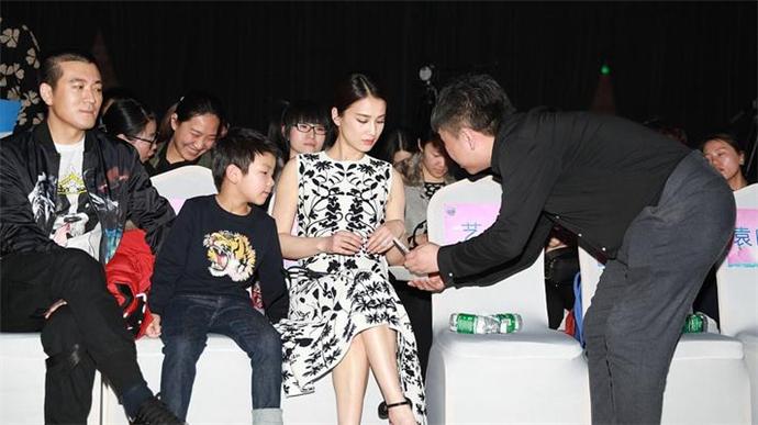 杨子台下力挺爱妻 台下变身粉丝看得目不转睛