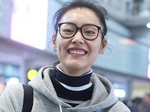 刘雯素颜现身机场 开怀大笑露齿十分呆萌惹