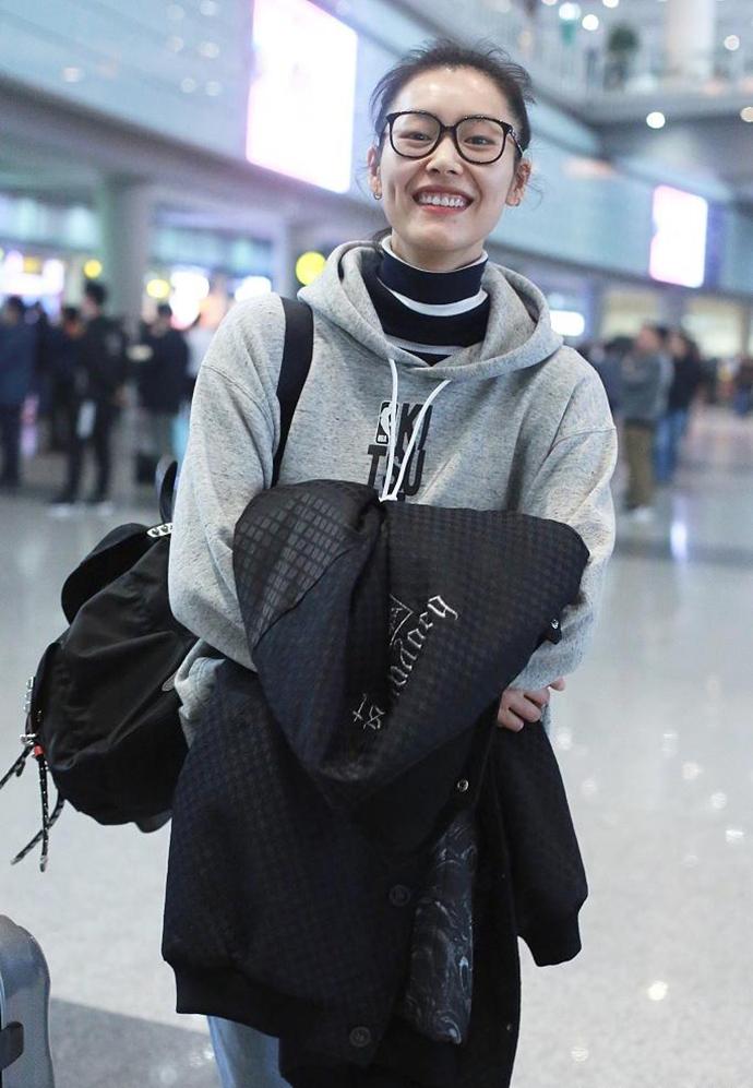 刘雯现身机场