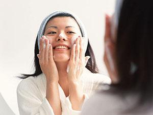 用洗面奶洗脸的正确方法是什么 护肤达人手把手教你轻松get