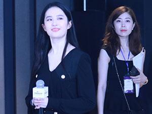 刘亦菲穿制服裙 白皙长腿翘臀吸睛却被女工