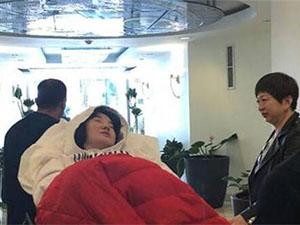 陈红患病紧急入院 脸色苍白显痛苦用手捂脸