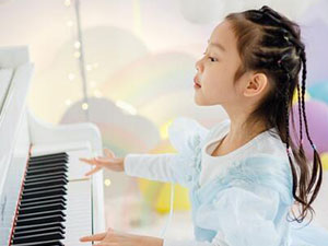 甜馨认真练习钢琴 女汉子变身淑女小公主现