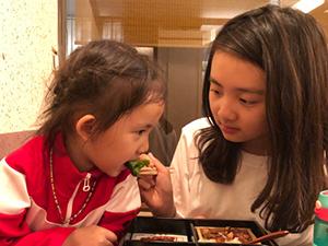 多多喂多妹吃饭 妹妹张大嘴巴吃得意柔未尽