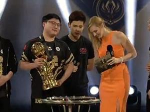 RNG获世界赛冠军 uzi手捧冠军杯王者归来霸