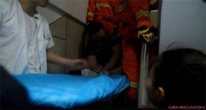 男子被扶上救生担架