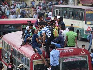 印度考生拼抢大巴怎么回事 场面壮观惊人堪比我国春运
