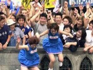 日本球迷跳河庆祝 疯狂场面曝光运河两侧堪比春运