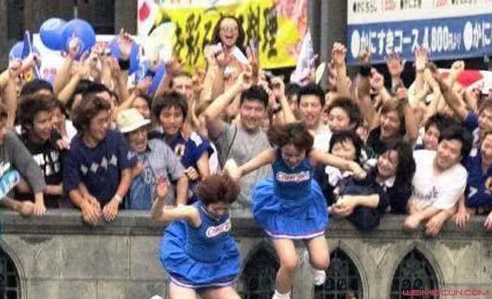 日本球迷跳河庆祝