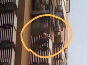 女童悬挂阳台外 事发经过令人胆战心惊好在