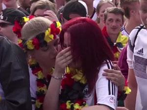 德国女球迷哭成泪人 德国队被淘汰原因被揭球迷泪洒现场