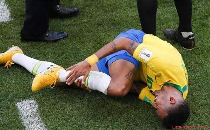 内马尔受伤倒地