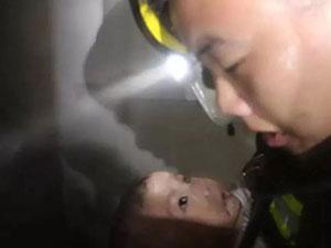 火场救出5个月大婴儿 婴儿一举动暖化人心现