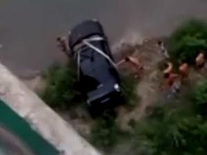 男子下河洗车被困 事件始末经过被揭过程惊险万分