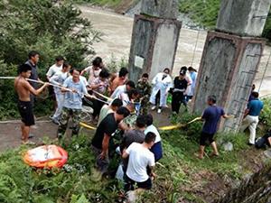 游客拍照失足坠崖 众人合力将他们从鬼门关