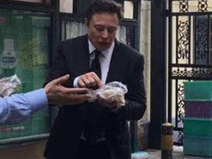 马斯克街头吃煎饼 吃得津津有味一动作引关注