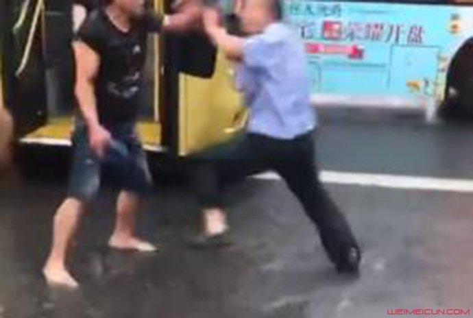 公交车司机与男子大打出手