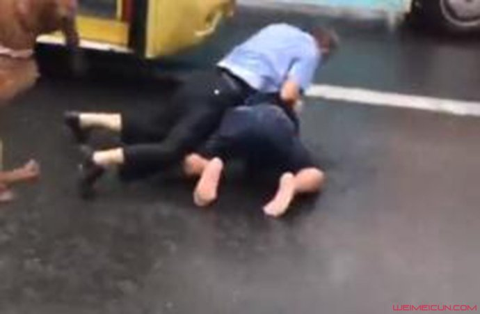 公交车司机与男子扭打在地