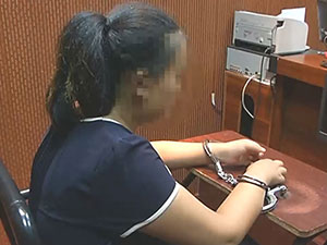 女学生敷面膜偷手机 具体详情经过被揭监控
