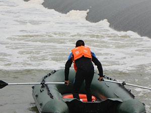 两男子下网捕鱼被冲走 惊险救援过程曝光一男子失踪