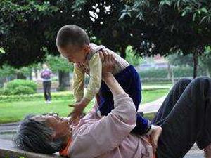 孙子被陌生男偷看 因长相牵扯出父子关系详情很离谱
