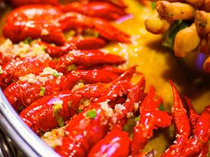 2吨重龙虾拼盘 数千名民众享受龙虾盛宴场面壮观