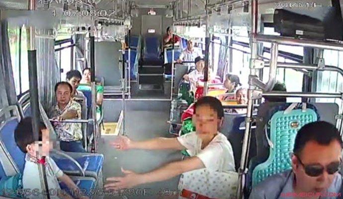 男童公交上练吊环