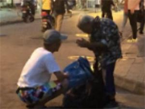 帮拾荒老人背口袋 婆婆为何向男子鞠躬