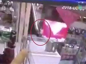 男童商场扶梯坠下 原因始末及详细经过被揭
