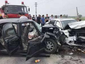 青州发生车祸 大货车刹车失灵连撞13车