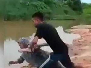 男子将母亲扔河里 前因后果曝光如此不孝子令人气愤