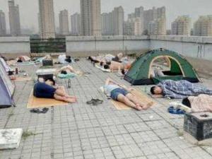 没风扇学生睡天台 曝详情经过同学反映寝室如同蒸桑拿