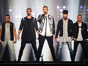 后街男孩户外演出发生意外 14名歌迷被砸伤事件详情被揭