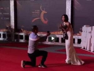 王珞丹红毯被求婚经过曝光 收下鲜花却拒绝