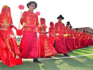 学校教师办集体婚礼 身穿传统婚服场面壮观