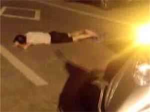 外卖小哥守护醉汉 被误认撞到醉汉备受质疑场面尴尬不已