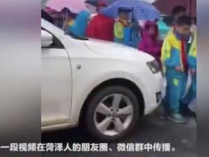女司机顶学生腿怎么回事 视频这一幕令人气愤当事人道歉