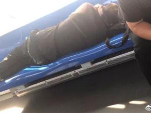 """男子地铁横躺座椅 一乘客用""""奇葩招""""治他"""