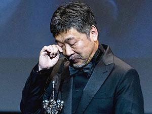 是枝裕和获终身成就奖 领奖时泪洒现场只因