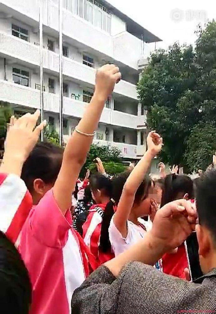 小学生听演讲集体痛哭