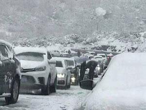 游客被困折多山 十一出行突遇暴雪现场危情及照片曝光