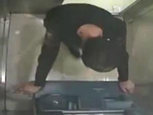 小伙砸ATM机被抓 小伙刻意违法真相曝光令人