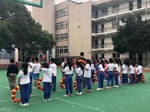 60余小学生被罚跪 老师做法引家长不满体罚举动掀热议