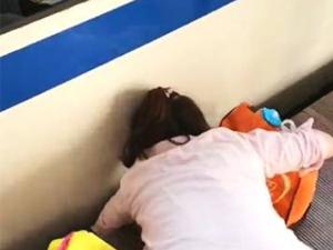 女童摔下列车轨道 身边妈妈的行为遭指责好在有惊无险