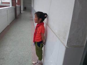 5岁女童罚站怎么回事 曝老师罚站原因始末家长很心疼