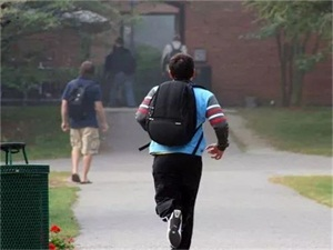 中国留学生迟到怎么回事 他全身血迹迟到的