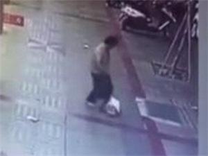 女子当街殴打女儿 连踹带踩出手狠辣画面不堪入目