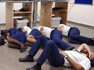 空姐集体睡地板怎么回事 航空公司将机组人员开除却获点赞