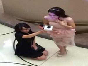 秦岚经纪人跪着 揭下跪真相一张照片能毁一个人的名声